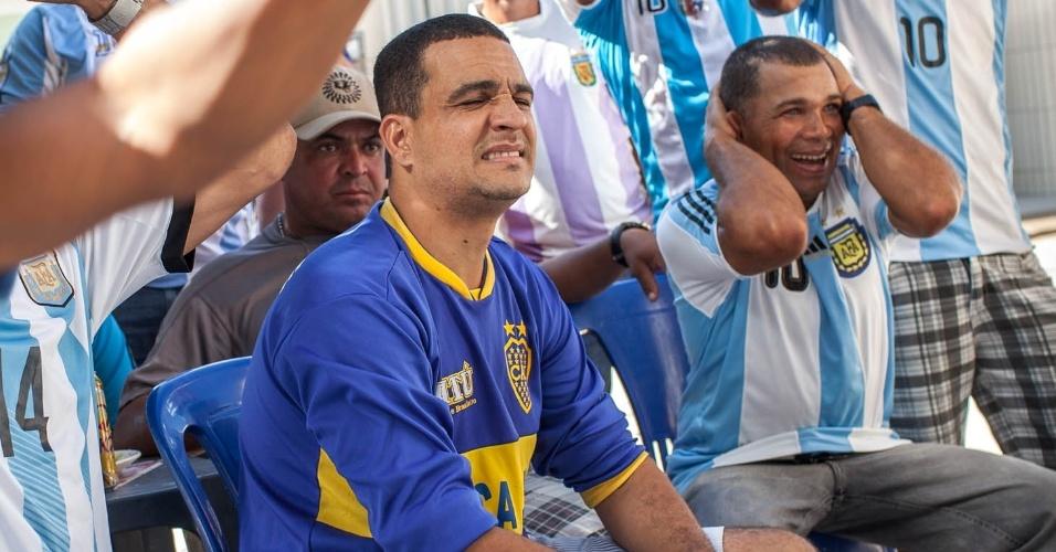 José Paulo Araújo, presidente do Boca Junior, time local da cidade, faz careta apos a seleção da Argentina perder um gol