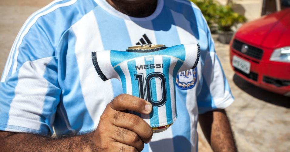 Latas com as bebidas ganharam decoração especial com menções à Argentina e seu principal craque, Lionel Messi
