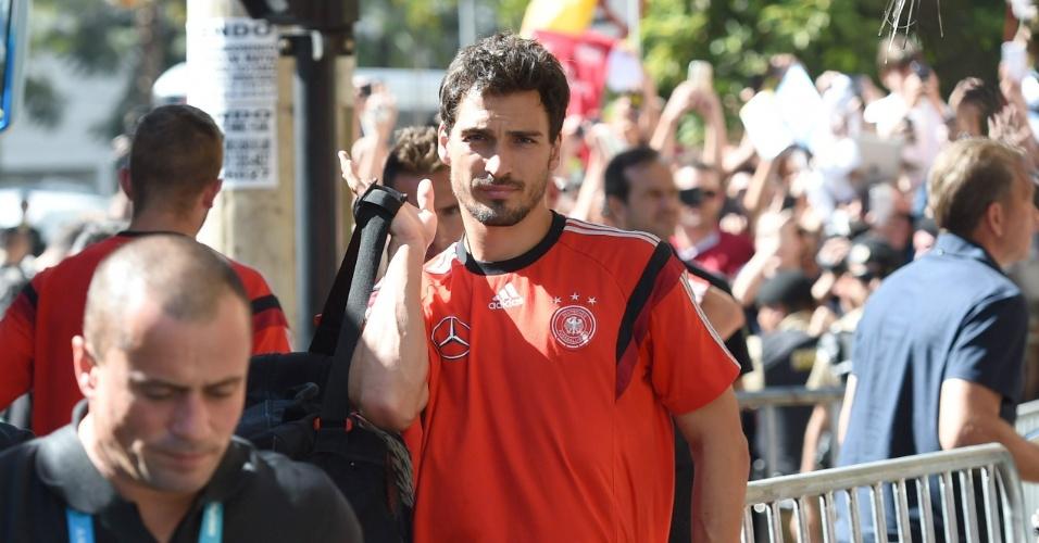 Mats Hummels carrega a mala durante chegada da Alemanha ao hotel em que a seleção ficará hospedada, em Belo Horizonte