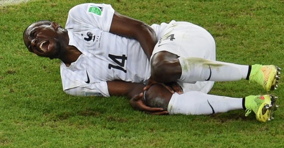 Meio de campo Matuidi se retorce no chão, em partida do grupo E, do Equador contra França, no Maracanã