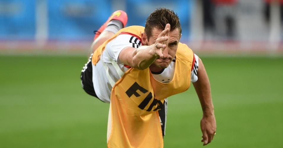 Miroslav Klose realiza treino de equilíbrio durante atividade da Alemanha no Mineirão. Equipe se prepara para encarar o Brasil nesta terça-feira