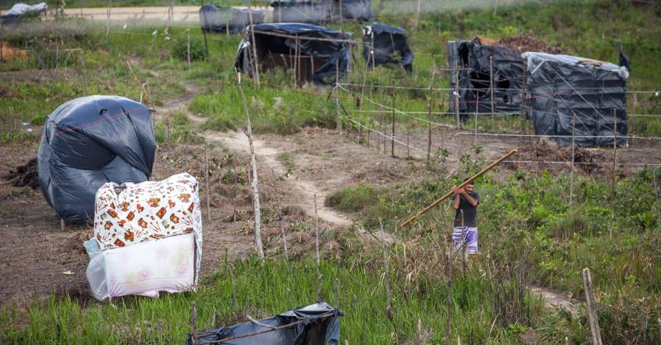 Morador leva viga de madeira para construção de um barraco no assentamento do MST em Moreno, no interior pernambucano