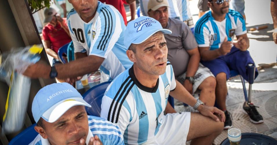 Moradores da Buenos Aires brasileira assistem atentos ao jogo da Argentina contra a Bélgica, pelas quartas de final da Copa do Mundo
