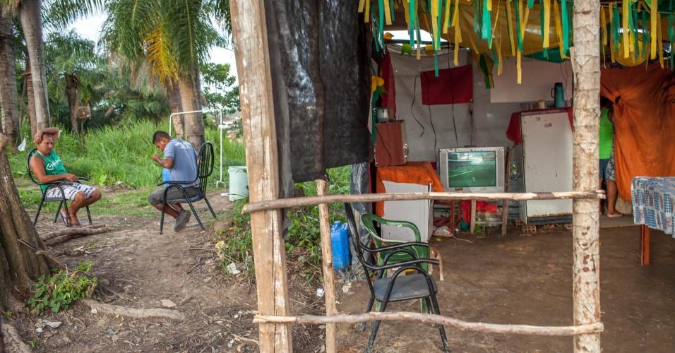 """Moradores do assentamento do MST conhecido como """"Meu Pedacinho de Chão"""", em Moreno, no interior pernambucano, assistem à partida da seleção brasileira contra a Colômbia"""