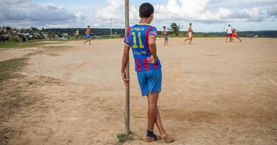 Moradores jovens do assentamento do MST jogam bola minutos antes da partida da seleção brasileira contra a Colômbia