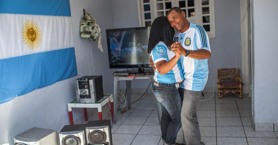 No intervalo do jogo contra a Bélgica, torcedores dançam forró ao lado da bandeira da Argentina