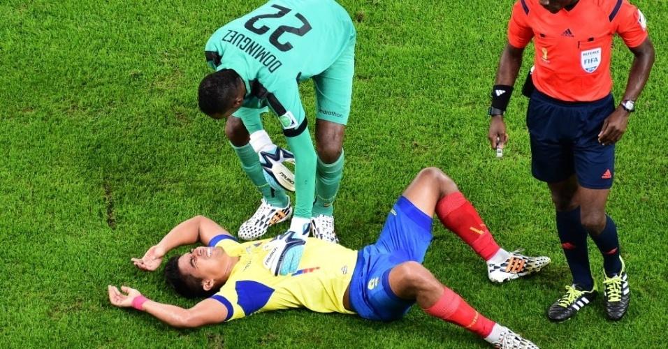 Noboa, do Equador, teve um choque no jogo de corpo em campo e machucou a cabeça, na partida contra a França durante a primeira fase