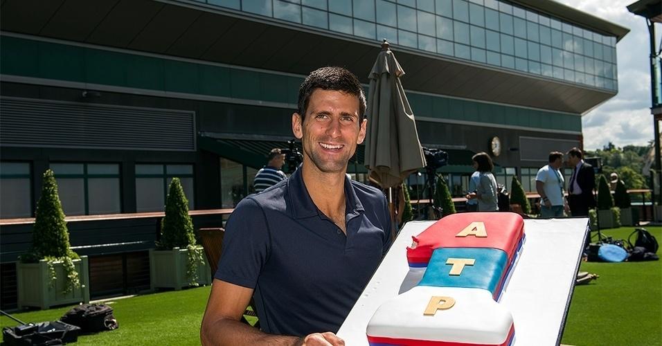 Novak Djokovic ganha bolo em comemoração ao título de Wimbledon e à conquista do topo do ranking de tênis; sérvio venceu Roger Federer na final por 3 sets a 2