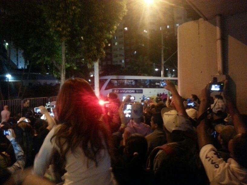 Ônibus da seleção brasileira passa por torcedores na chegada a Belo Horizonte