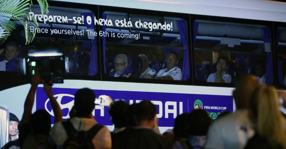 Ônibus da seleção chega ao hotel em que a seleção brasileira ficará concentrada em Belo Horizonte