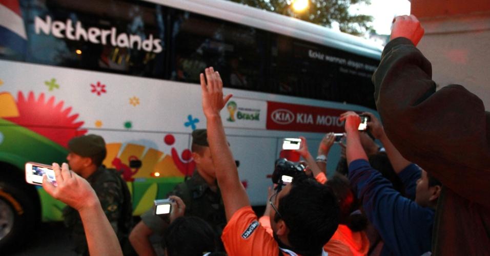 Ônibus da seleção holandesa chega ao Pacaembu para treinamento. Equipe se prepara para o jogo de quarta-feira, contra a Argentina, no Itaquerão