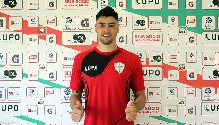 Pedro Oldoni faz sinal de positivo após ser anunciado como jogador da Portuguesa