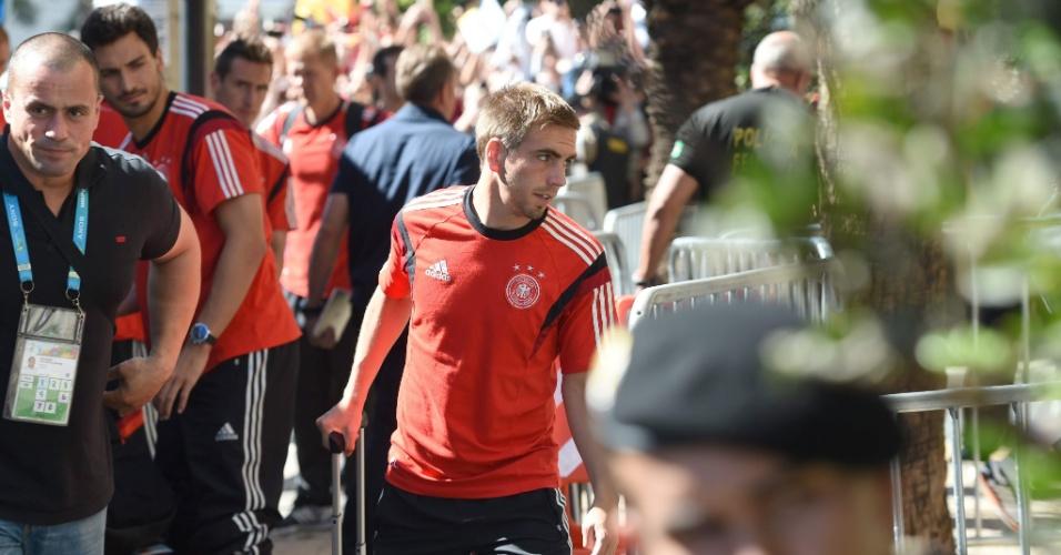 Philipp Lahm carrega a mala durante chegada da Alemanha ao hotel em que a seleção ficará hospedada, em Belo Horizonte