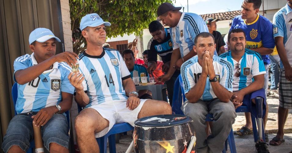 Regado a cerveja e cachaça Pitú, brasileiros se reúnem para torcer pela Argentina contra a Bélgica