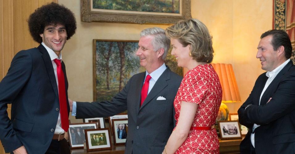 07.jul.2014 - Rei Filipe e Rainha Mathilde cumprimentam Fellaini e o técnico Marc Wilmots em recepção da seleção em Bruxelas