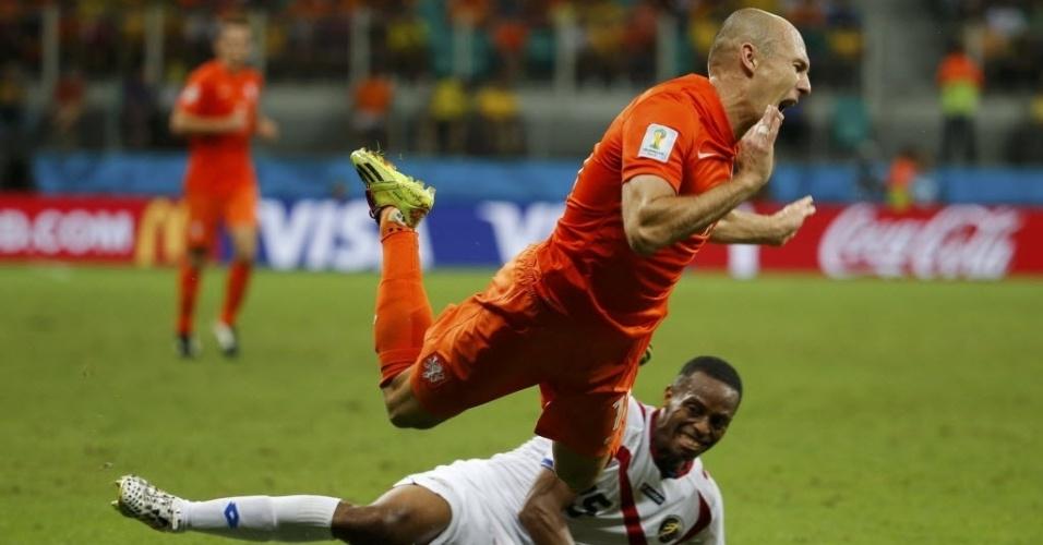 Robben, da Holanda, toma entrada violenta de Junior Diaz, da Costa Rica, nas quartas de final, no Fonte Nova