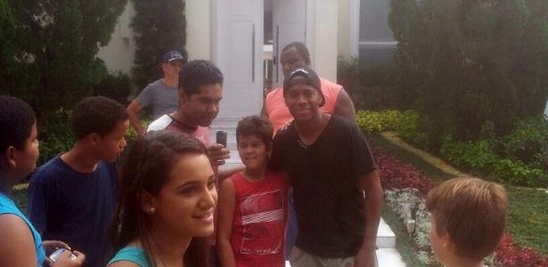 Robinho tira fotos rapidamente com fãs na porta da casa de Neymar no Guarujá
