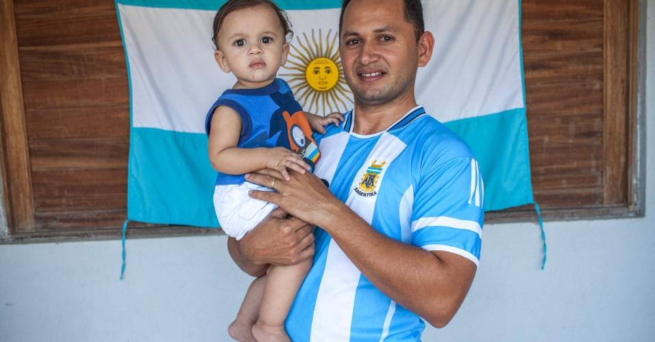 Rosivaldo Melo, funcionário público, segura seu filho Lionel Melo