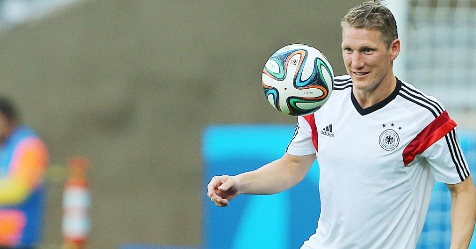 Schweinsteiger bate bola no treino da seleção da Alemanha no Mineirão