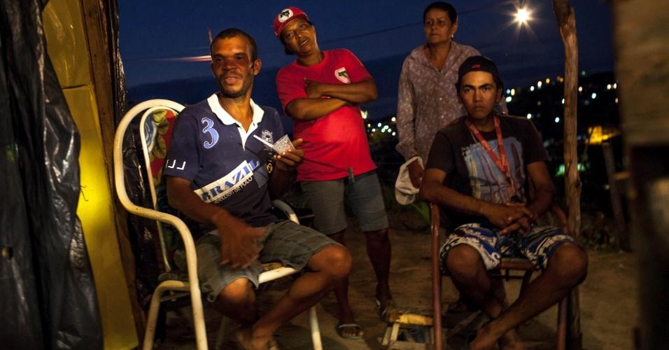 """Sebastiana Gomes, conhecida como Morena, coordenadora do assentamento do MST conhecido como """"Meu pedacinho de chão"""", assiste à partida da seleção brasileira contra a Colômbia com outros moradores"""