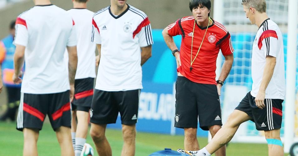 Técnico Joachim Löw conversa com Schweinsteiger em atividade da seleção alemã no Mineirão