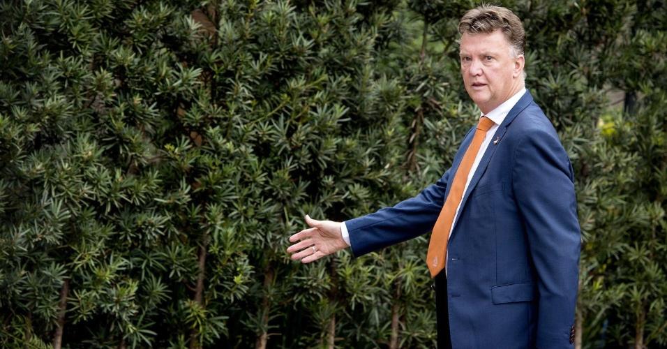 Técnico Louis van Gaal chega a hotel de São Paulo, onde a Holanda ficará hospedada para o jogo desta quarta, contra a Argentina