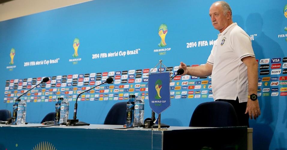 Técnico Luiz Felipe Scolari entra na sala de imprensa para coletiva antes do jogo contra a Alemanha