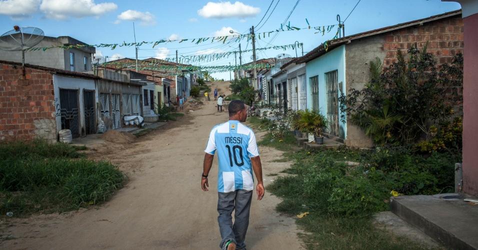 Torcedor da Argentina anda pela pequena cidade de Buenos Aires após a vitória da Argentina em cima da Bélgica