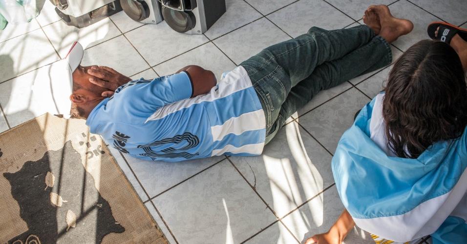 Torcedor deita no chão apos a seleção da Argentina perder um gol contra a Bélgica