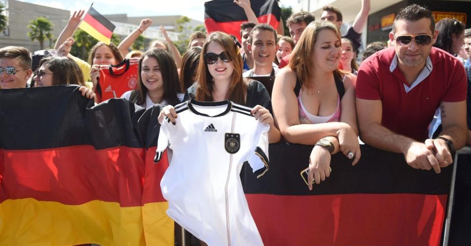 Torcedores da Alemanha lotam os arredores do hotel em que a seleção ficará hospedada em Belo Horizonte