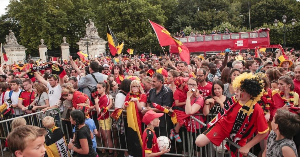 07.jul.2014 - Torcida belga recepciona seleção do país em frente ao Palácio Real, em Bruxelas