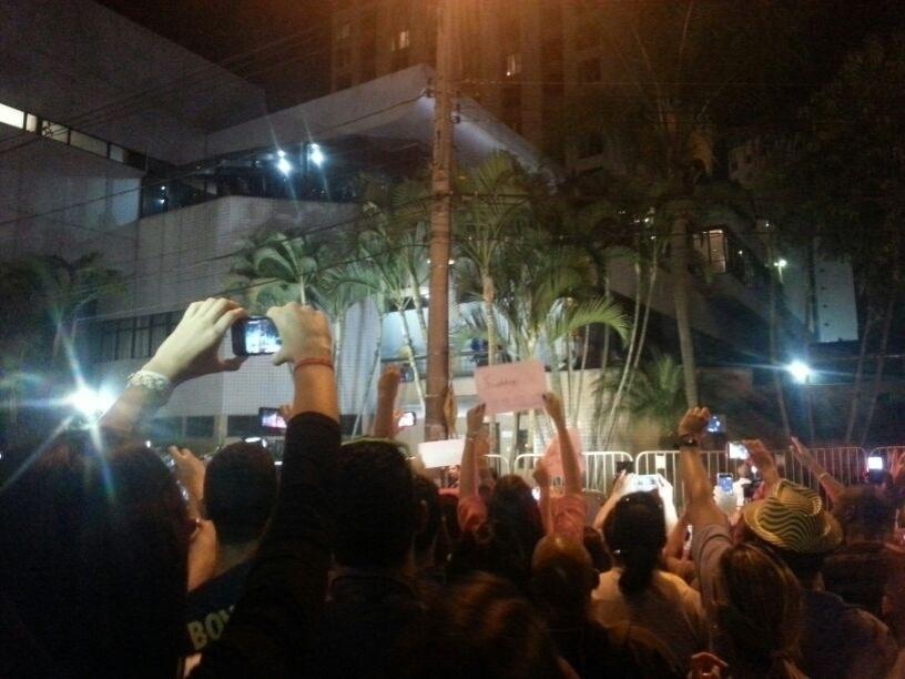 Torcida se espreme em frente ao hotel da seleção brasileira em Belo Horizonte