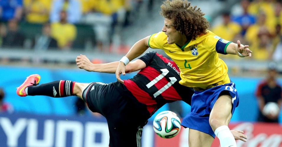 08. jul. 2014 - David Luiz e Klose ficam enroscados durante a partida entre Alemanha e Brasil, no Mineirão