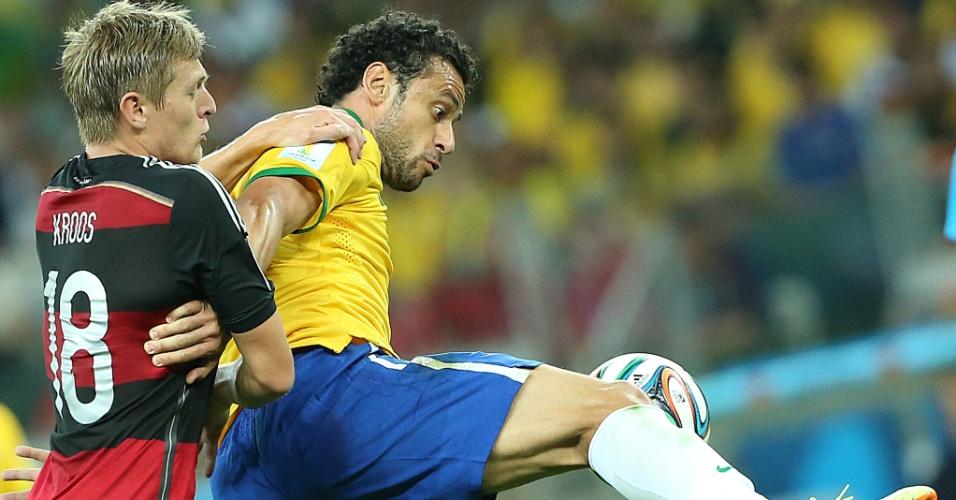 08. jul. 2014 - Fred tenta dominar bola e é marcado por Kroos, autor de dois gols na goleada sofrida pelo Brasil para a Alemanha