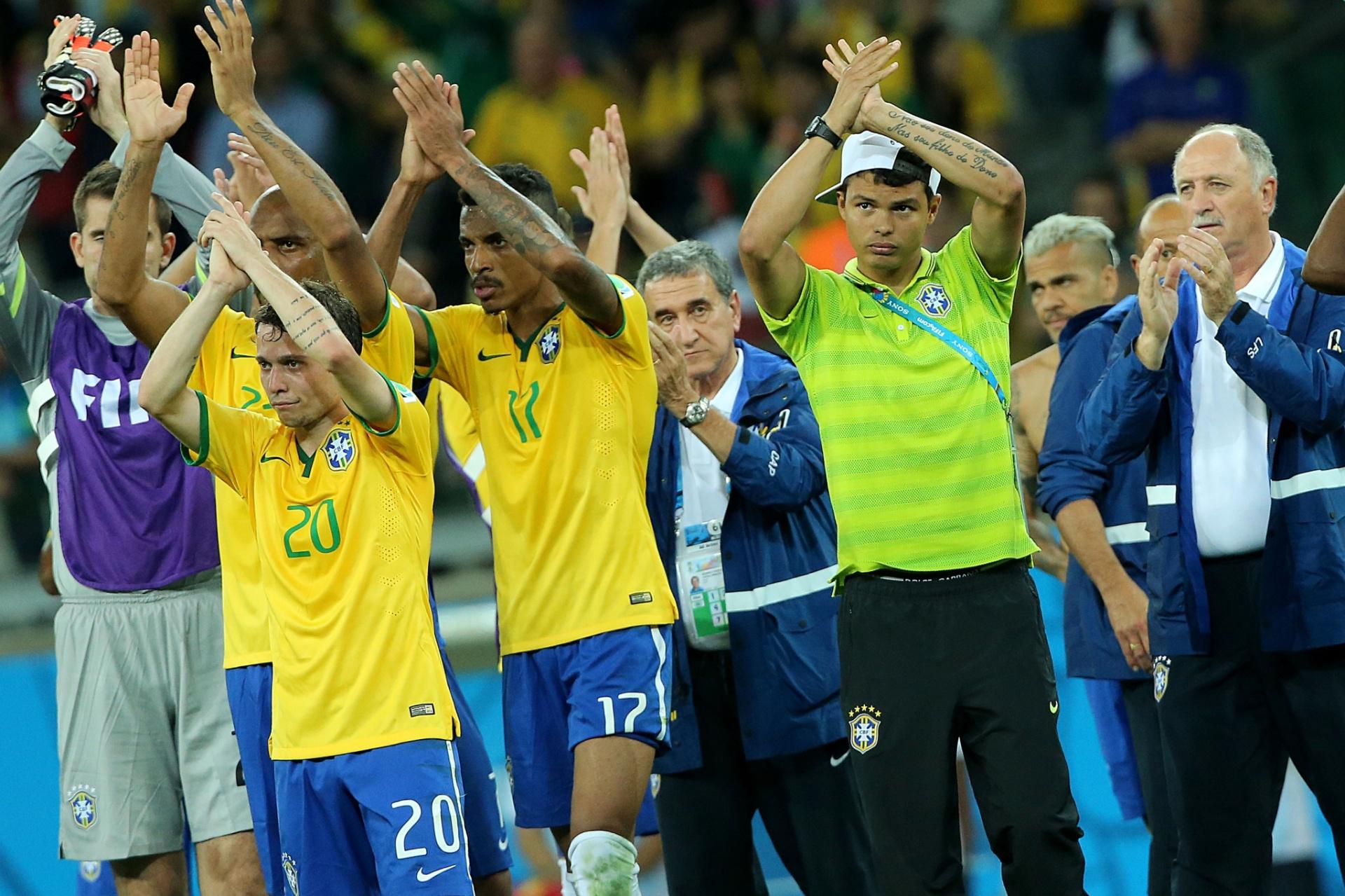 2014 - Jogadores do Brasil aplaudem a torcida no Mineirão após a 508d0c4723ce5