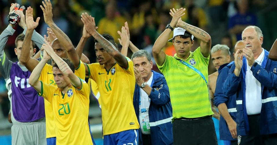 08. jul. 2014 - Jogadores do Brasil aplaudem a torcida no Mineirão após a derrota por 7 a 1 para a Alemanha