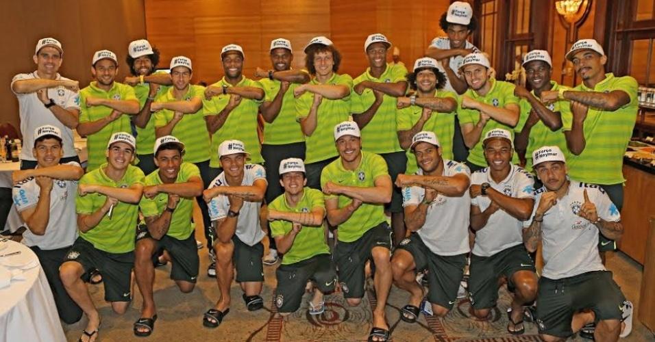 """08. jul. 2014 - Jogadores do Brasil fazem homenagem a Neymar e posam com """"tois"""""""
