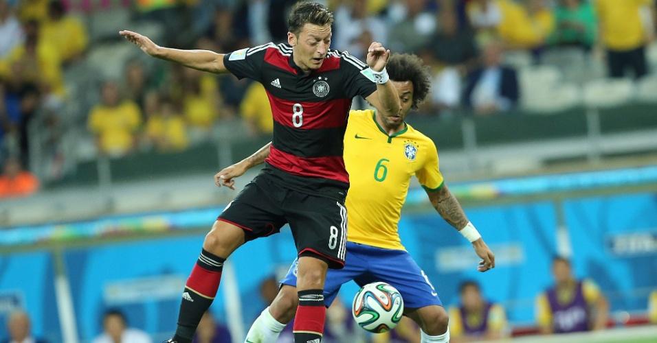 08. jul. 2014 - Özil e Marcelo disputam bola durante Alemanha e Brasil, no Mineirão
