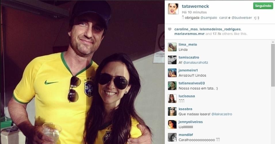 08.jul.2014 - Tata Werneck posa ao lado do ator escocês Gerard Butler no Mineirão após a derrota do Brasil para a Alemanha por 7 a 1