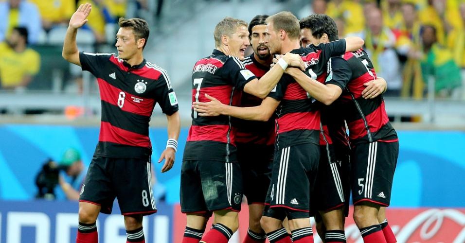 08. jul. 2014 - Alemães comemoram após abrir o placar contra o Brasil no Mineirão, pela semifinal da Copa
