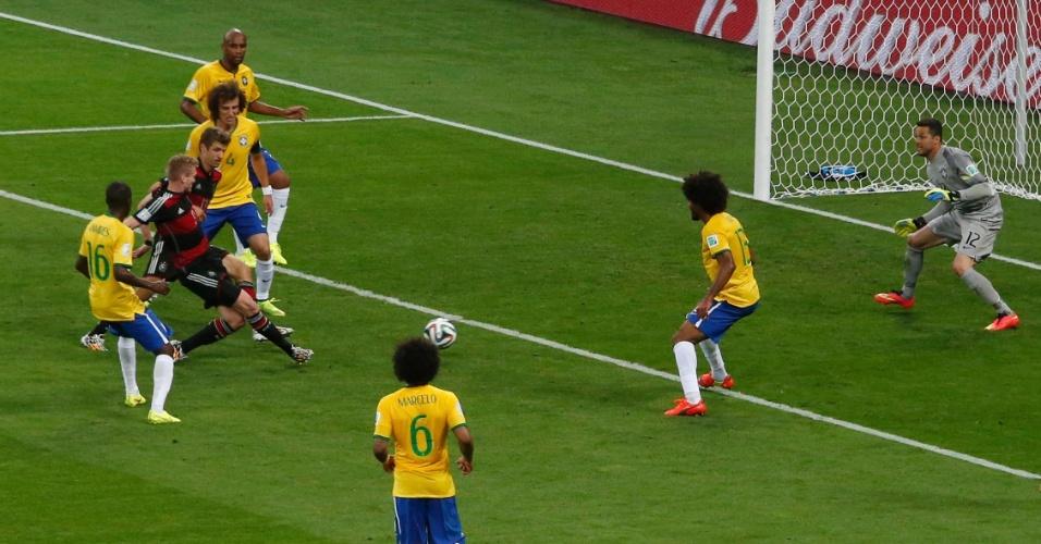 08. jul. 2014 - Andre Schürrle desvia cruzamento e marca o sexto gol da Alemanha contra o Brasil, pela semifinal do Mineirão