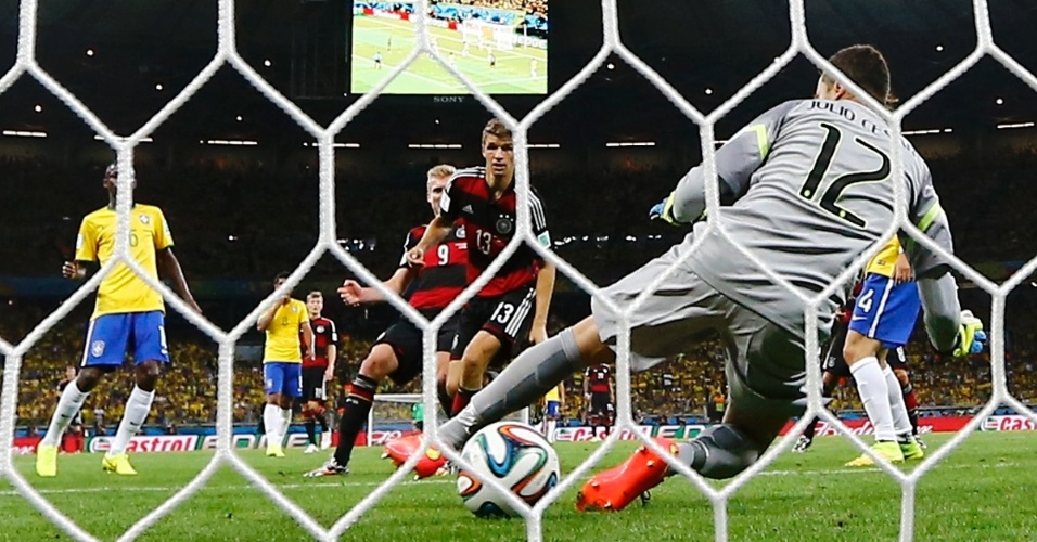 08. jul. 2014 - Andre Schürrle marca o sexto gol da Alemanha contra o Brasil, pela semifinal do Mineirão