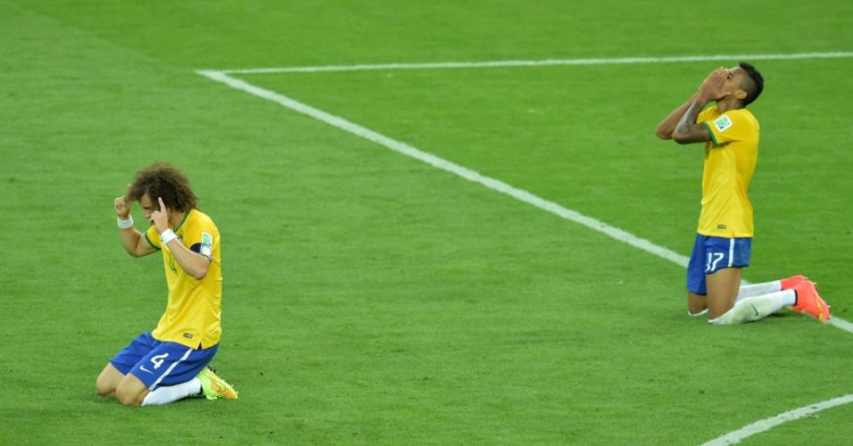 08. jul. 2014 - Ao fim da partida, David Luiz e Luiz Gustavo se ajoelham no gramado após a derrota por 7 a 1 para a Alemanha, no Mineirão