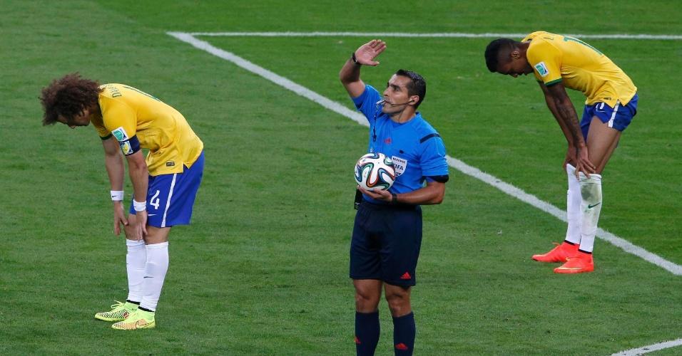 08. jul. 2014 - Árbitro Marco Antonio Moreno encerra o jogo e jogadores brasileiros caem imediatamente após a vitória alemã por 7 a 1 no Mineirão