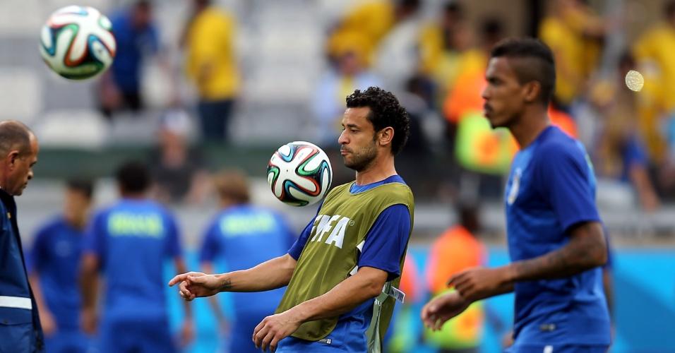 08. jul. 2014 - Atacante Fred mata a bola no peito durante aquecimento da seleção no gramado do Mineirão