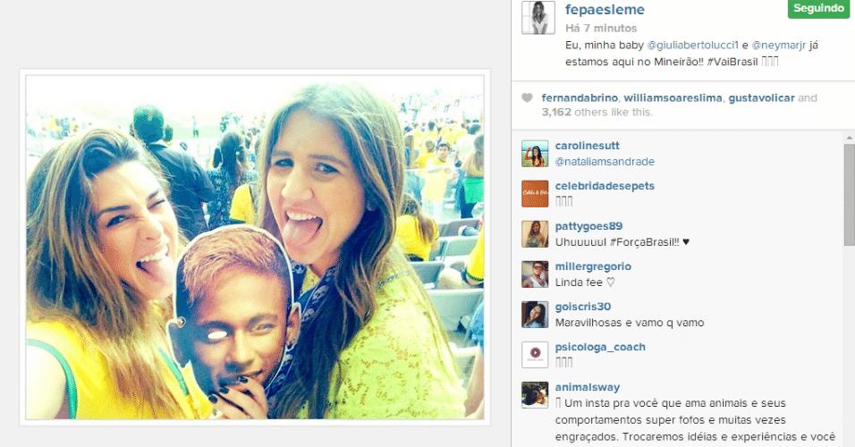 Atriz Fernanda Paes Leme posa para foto com máscara de Neymar no Mineirão