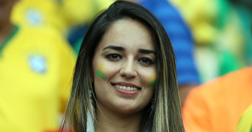 Bela torcedora sorri antes do início da partida entre Brasil e Alemanha, no Mineirão, pela semifinal da Copa