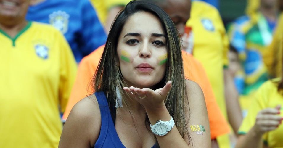 Brasileira manda beijo para a câmera antes do jogo contra a Alemanha, no Mineirão