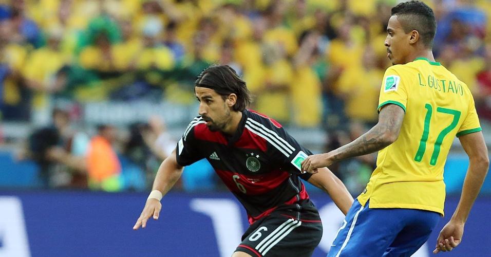 08. jul. 2014 - Brasileiro Luiz Gustavo marca de perto o volante alemão Khedira, no início da partida no Mineirão