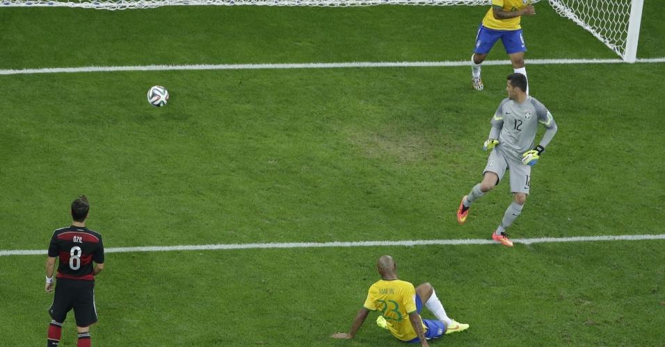08. jul. 2014 - Brasileiros apenas observam a bola entrar durante o quinto gol da Alemanha, na vitória por 7 a 1 no Mineirão